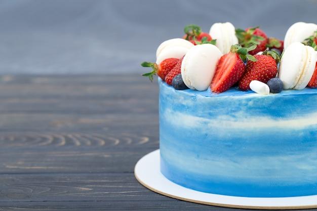 Süßer kuchen mit erdbeeren auf teller auf grauem holztisch