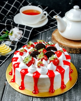 Süßer kuchen mit sahne oreo und erdbeere