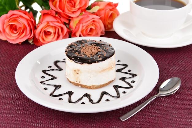 Süßer kuchen mit schokolade auf teller auf tischnahaufnahme
