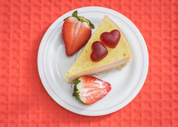 Süßer kuchen verziert mit herzen für internationalen valentinstag