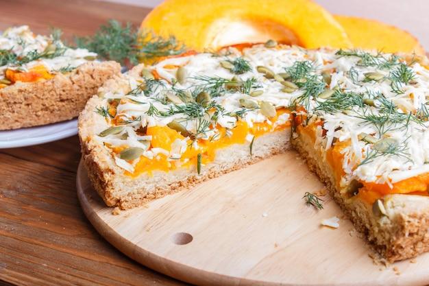 Süßer kürbiskuchen mit käse und dill