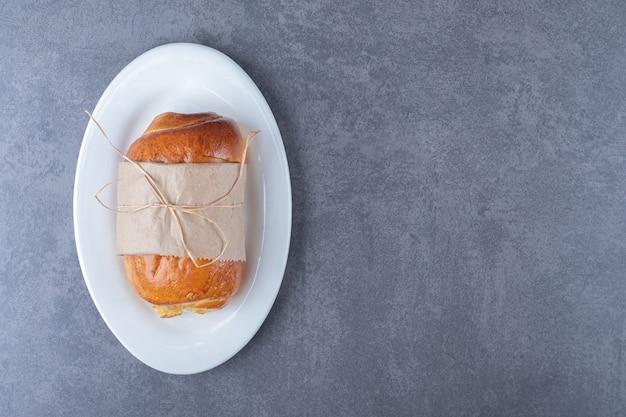 Süßer laib auf einer platte