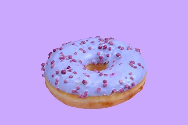 Süßer leckerer donut lokalisiert auf weiß.
