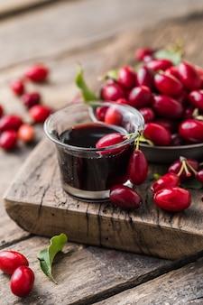 Süßer likör aus reifer kornelkirsche und alkohol