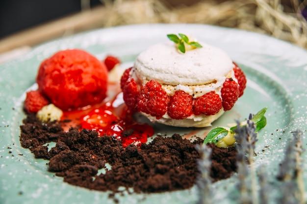 Süßer luftiger dessertkuchen mit rapsbeeren und minze