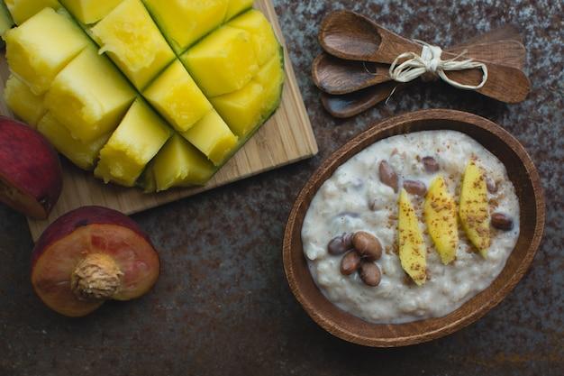 Süßer mango-reis mit bohnen