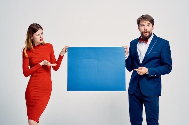 Süßer mann und frau blaue plakatwerbung banner. foto in hoher qualität