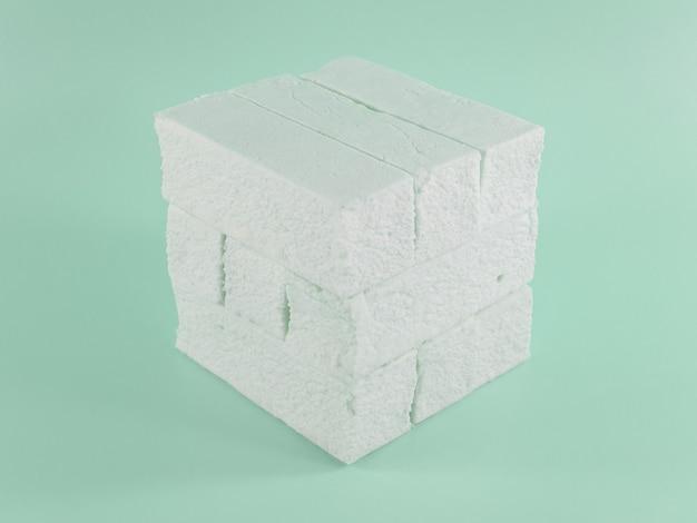 Süßer marshmallow mit minzgeschmack in form einer geometrischen form