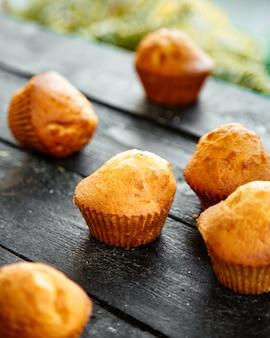 Süßer muffin auf einem holztisch