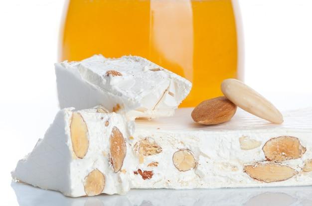 Süßer nougat mit mandeln