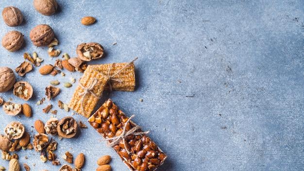 Süßer proteinstab mit trockenfrüchten auf konkretem hintergrund