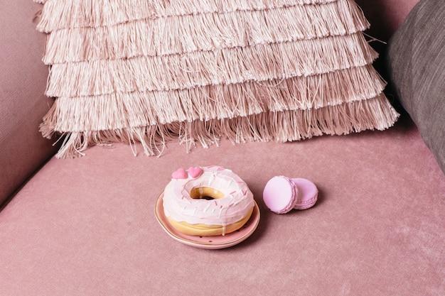 Süßer rosa donut auf rosa