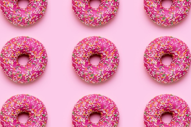 Süßer rosa donut mit bunten streuseln