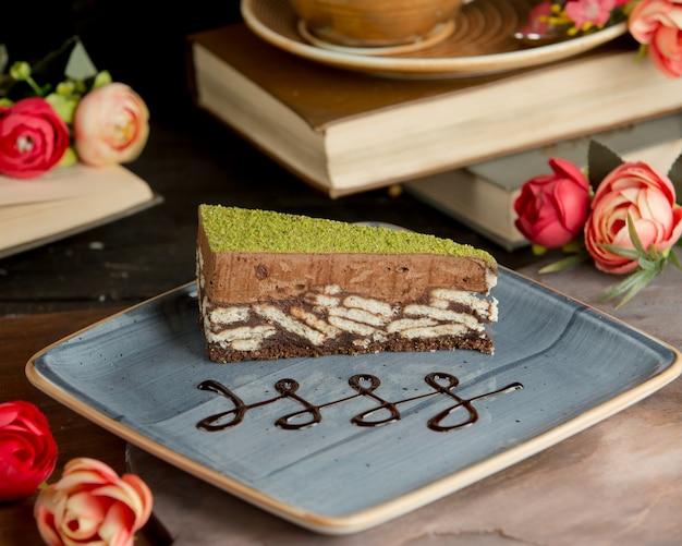Süßer schokoladenkuchen mit pistazie in der platte