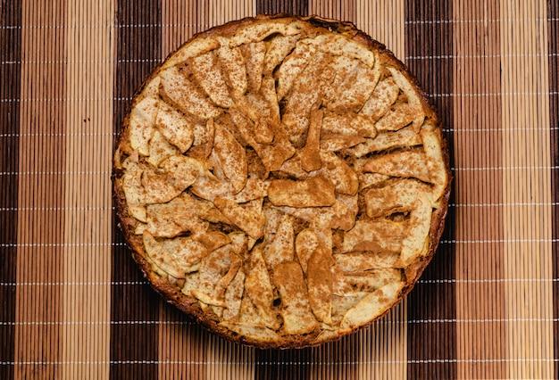 Süßer selbst gemachter apfelkuchen mit zimt