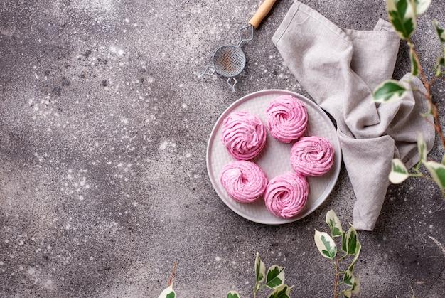 Süßer selbst gemachter marshmellowhintergrund der purpurroten beere