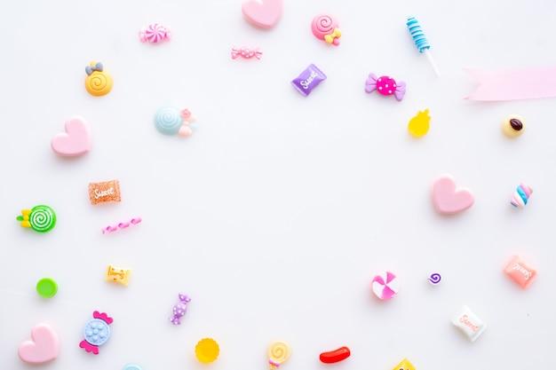 Süßer süßigkeitsrahmen auf lokalisiertem weißem hintergrund, valentinsgrußtageshintergrund.