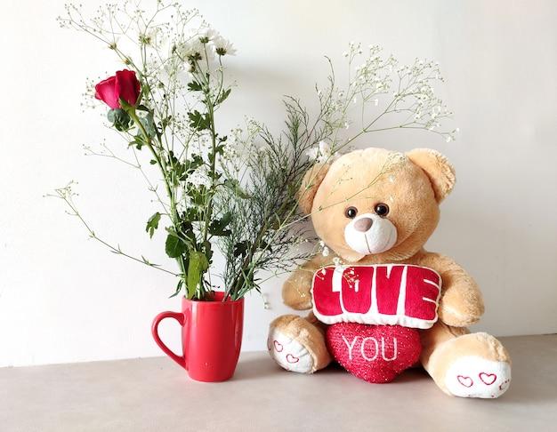 Süßer teddybär mit blumen