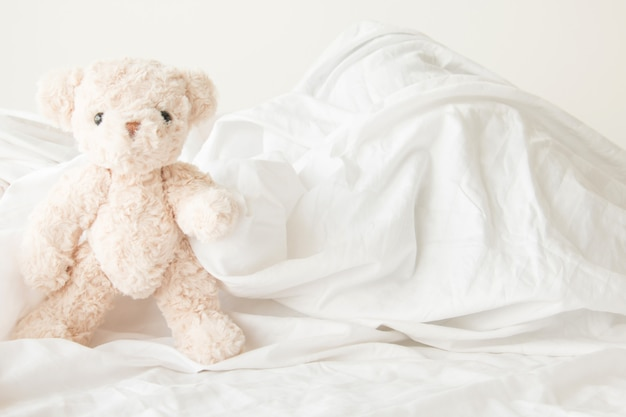 Süßer teddybär verspielt mit stoff