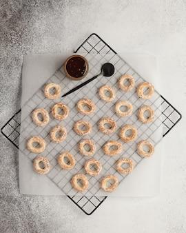 Süßer tee und kaffee. kekse, brezeln, cracker. süße freuden zum tee