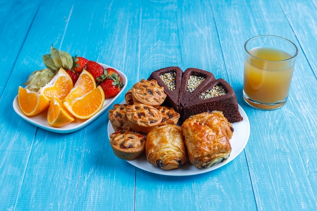 Süßer teller mit verschiedenen süßigkeiten.