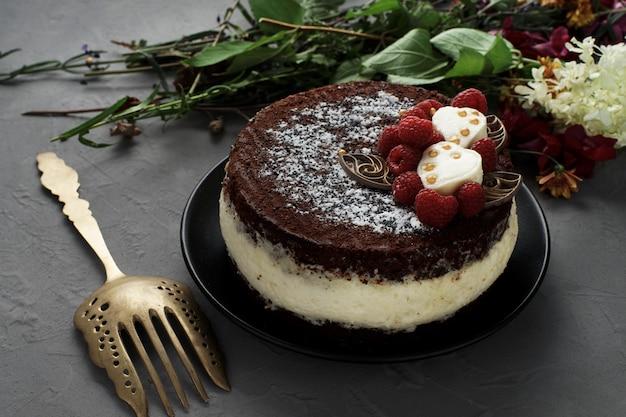 Süßer und köstlicher kuchen mit gabel