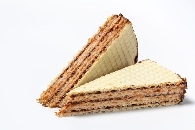 Süßer waffelkuchen auf weißem hintergrund in geschnittener nahaufnahme-vorderansicht lokalisiert