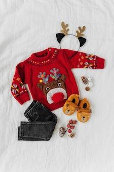 Süßer weihnachtspullover mit hirsch für kleines baby. weihnachtsfeier