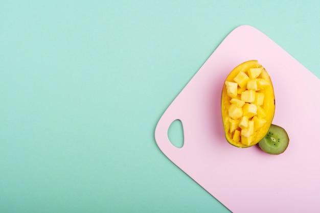 Süßes arrangement mit mango und kiwi