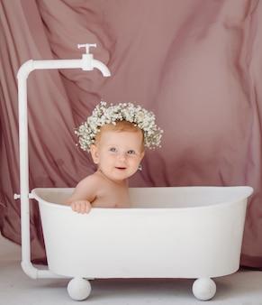 Süßes baby im badezimmer