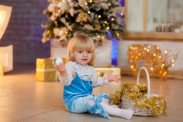 Süßes baby im weihnachtskostüm
