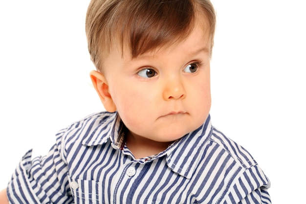 Süßes baby mit freizeitkleidung auf weiß