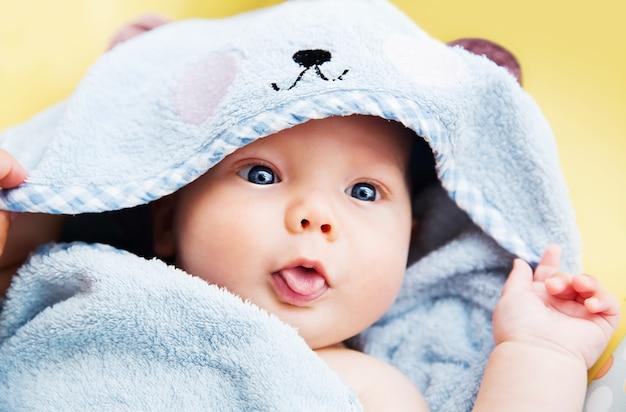 Süßes baby nach dem bad mit handtuch auf dem kopf. entzückendes lächelndes baby!