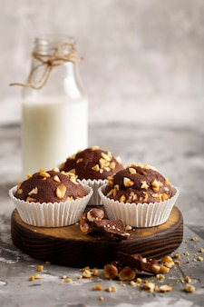Süßes bäckereisortiment der vorderansicht mit milch