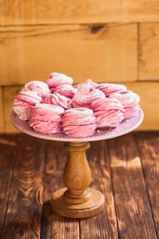 Süßes beerendessert marshmallow auf dem tortenständer