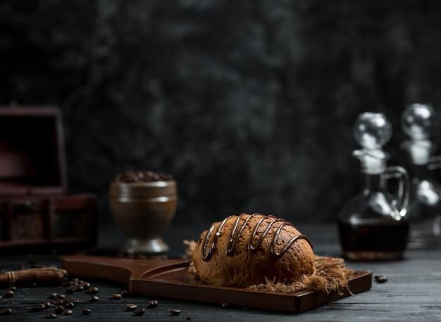 Süßes brötchen mit schokoladensirup drauf