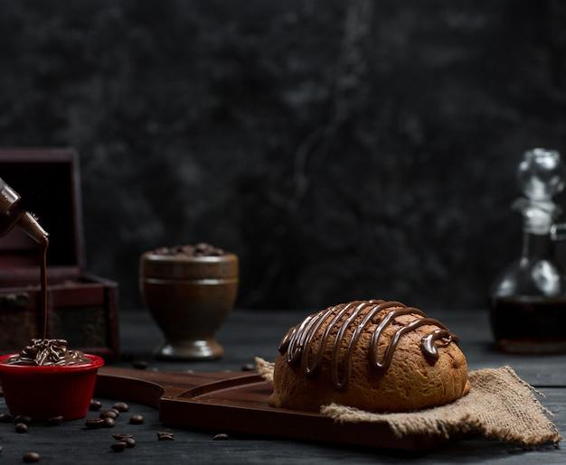 Süßes brötchen mit schokoladensirup und schokoladeneis