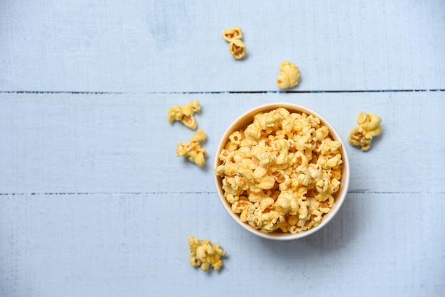 Süßes butterpopcorn in der schüssel