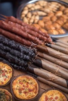 Süßes churchkhela im markt. georgischer nationalbonbon aus nüssen und traubensaft.