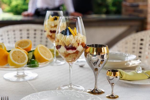 Süßes dessert in großen gläsern auf dem tisch serviert für hochzeitsbankett