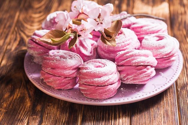 Süßes dessert marshmallow, dekoriert mit zuckerblumen