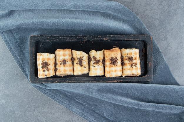 Süßes dessert mit schlagsahne auf einem dunklen brett