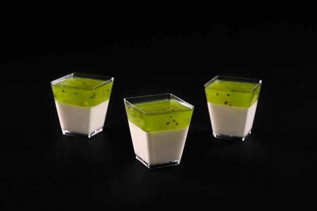 Süßes dessert verziert mit hellem belag isoliert