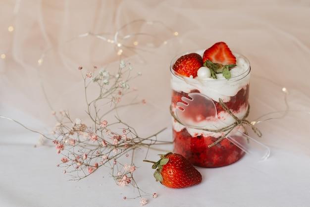 Süßes erdbeerdessert in einem glas mit einem löffel
