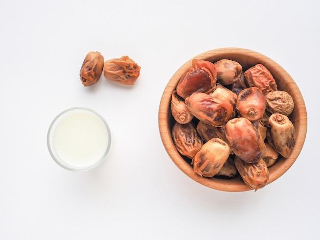 Süßes essen für ramadan. konzeptfoto des ramadan-essens: dattelpalme und milch.