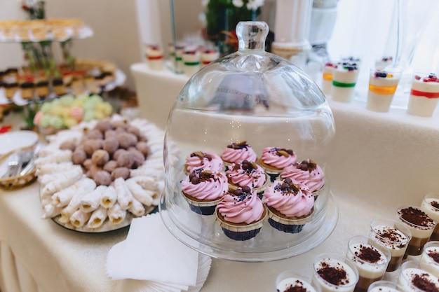 Süßes festliches buffet, obst, mützen, makkaroni und süßigkeiten
