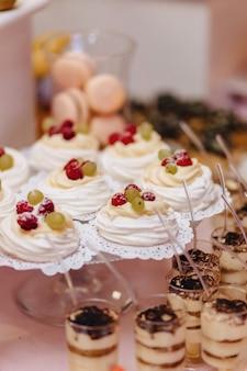Süßes festliches buffet, obst, mützen, makkaroni und viele süßigkeiten