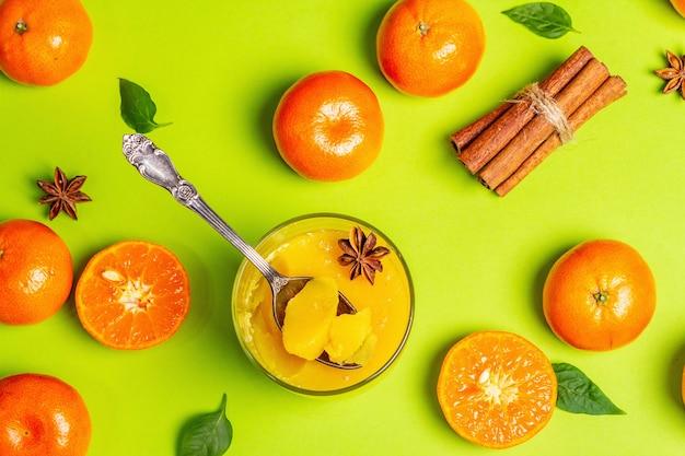 Süßes fruchtgelee aus frischen orangen und mandarinen