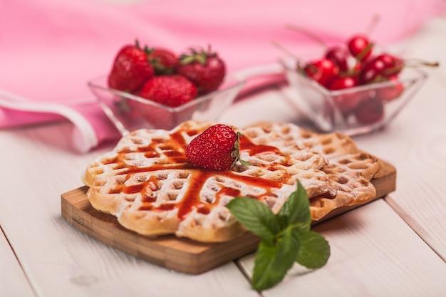 Süßes frühstück auf holzschreibtisch