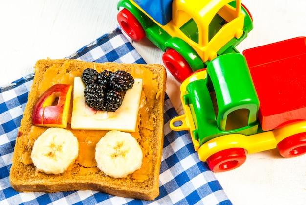 Süßes frühstück für kind. lustiges sandwich